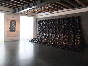 """1ère photo : """"Taxidermy, Trashbag"""" (tête d'animal empaillé, sac en plastique) de MyeongBeom Kim &#x3B; """"Bag"""" (C-print) de Hendrik Kerstens, 2007. 2ème photo : """"Handle with Care"""" (sérigraphie sur toile) de Lukas Julius Keijser, 2011 &#x3B; """"Eighty-eight # 2"""" (installation, film plastique, bois, aluminium, sacs en plastique, composants électroniques) de Nils Völker, 2013. Les sacs se gonflaient à intervalles réguliers. Etonnant et fascinant, comme un grand coeur qui bat. 3ème photo : """"Art Basel/Miami Beach"""" (huile sur toile) de Marie-Claire Baldenweg, 2012 &#x3B; """"Mann (liegend, mit..."""") (silicone, sac plastique...) de Gregor Schneider, 2004. Là, je me suis faite avoir. Je regardais les toiles et j'ai heurté le corps en reculant... Quelle trouille ! J'ai vraiment cru qu'il y avait un macabé par terre..."""