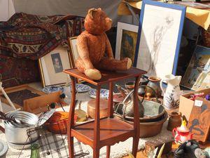 """La marché aux fleurs, la brocante Cours Saleya (tous les lundis) et les délicieux petits farcis provençaux de la """" La Cambuse """", un super resto bon et pas cher au milieu du Cours Saleya."""