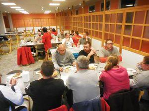 En fin de soirée, les bénévoles partagent le repas préparé par Ricardo et son équipe