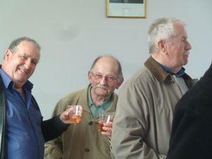 A midi, l'apéritif, offert par les Ancienss Combattants réunit les participants, grands et petits