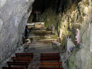 la chapelle de l'ermitage et la statue de St Antoine