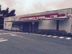 A droite le magasin ex Dia fermé, désossé, d'Aveses sur Helpes, avec ci contre des salariés des deux magasins des Hauts de France concernés, victimes de  cette arnaque  n