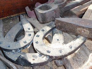 Les empreintes de fer et les fers prêts à poser