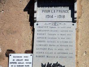 La plaque commémorative au coeur du village