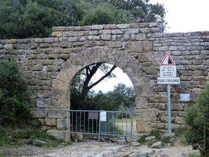 L'accès au site et les porches d'entrée sud et nord