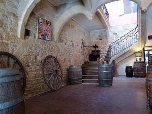La place Jean Jaures et l'intérieur du restaurant