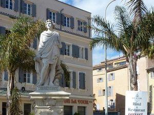 Statue et fontaine vues de près