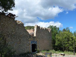 Le chemin descend avant et après les ruines de l'ancienne ferme de Ponserot.