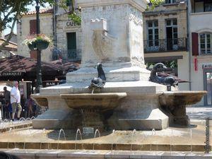 La Place Saint-Louis, avec sa statue et sa fontaine