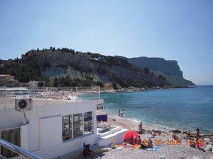 L'emblème de Cassis et vues de la plage et du port.