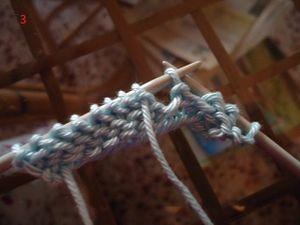 Glisser la maille de droite à gauche puis passer le fil derrière