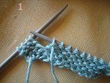 Tricoter à l'envers et laisser 4 m en attente puis tourner le tricot les 4 m se trouvent à droite et le fil derrière.