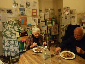 l'artiste-cuisinier, quelques convives, les maîtres de céans.