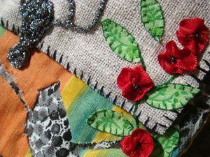 Mélanges de points de broderie, broderies aux rubans, applications de petites fleurs découpées,