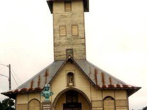 Ces deux clichés montrent l'église avant sa restauration (photo de gauche) et après. Vous pouvez agrandir les photos en cliquant dessus.