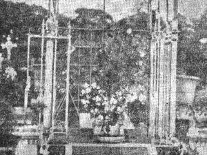 Photographies de la sépulture de Jean Galmot au cimetière de Cayenne : celle de gauche a été prise quelques années après sa mort, l'autre date de mars 2016 (cliquer sur une photo pour l'agrandir). .