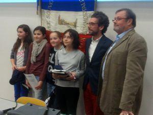 les gagnantes en compagnie de Sandrine POLLLARD, de monsieur le Maire Ronan LOAS et de Joël SEVENO notre président.