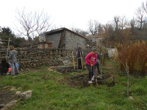 Les enfants manient des outils, débroussaillent, dessinent des massifs, préparent la terre, plantent, sèment, sarclent, arrosent...