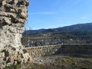 La rambarde posée sur le muret pour sécuriser le site