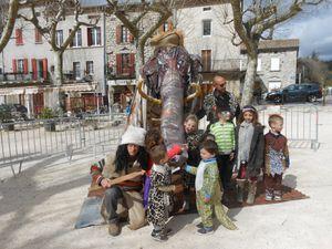 Le mammouth du carnaval préhistorique, exposé en place publique