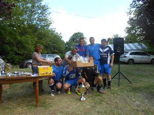 Photo souvenir avec tous les joueurs, qui ont aussi gagné un sachet de petits gâteaux fabriqués par Loïc Durand, licencié du JSP et biscuitier installé à Jaujac.