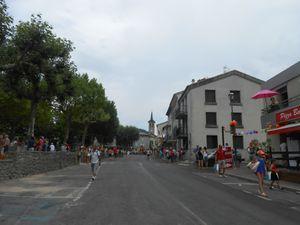 Après le passage des cyclistes, c'est la débandade dans les rues de Jaujac