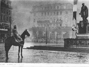 """Napoléon à la citadelle de Sisteron, photo J.D. 13 octobre 2011 et le Maréchal Foch place Kléber à Strasbourg en décembre 1918 où lui fut remis le sabre de Kléber (vainqueur de Fleurus etc) document """"Le Miroir"""" du 8 décembre 1918"""