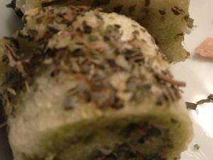 Roulé de pain de mie au pesto enrobé de basilic séché