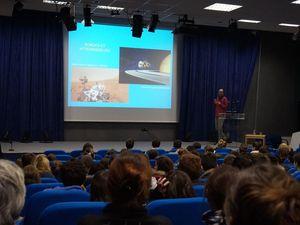 Les lycéens découvrent le métier de chercheur en astrophysique.