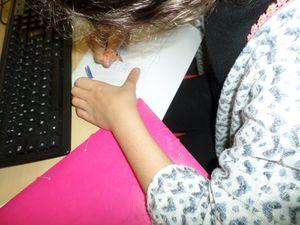 A gauche: Hafsa faisant son dessin de l'hôtel à insectes &#x3B; A droite: Selya et Oumeima écoutant les consignes