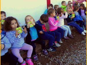 Les enfants de la maternelle , à l'école Saint Pierre de Casseneuil .