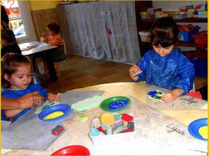 """Un atelier """"accompagné"""" de peinture au tampon, et un atelier de coloriage ."""