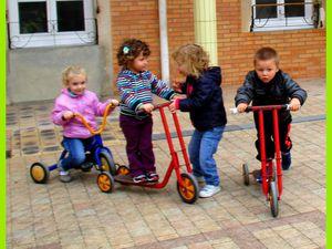 """Les """"piétons"""" organisent un péage pour réguler la circulation ...."""" C'est bon, tu peux passer !"""""""