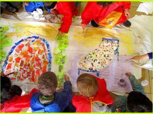Puis nous finissons en peignant : Nous avons ainsi créé les décors de la maison de Mère-grand, et le décor du chemin joignant les deux maisons .