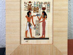 Papyrus dans un cadre à hausse. Réalisé par Marie-Odile. Passe-partout en papier bois sur ouverture droite. Collage du verre puis des hausses  recouvertes de papier dans le cadre..