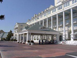 L'entrée de l'hôtel Newport Bay Club