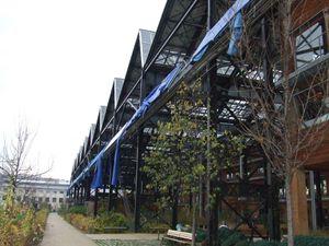 Halle Pajol : tableau des productions de la toiture solaire et façade côté voies ferrées avec ses panneaux en panne...et en berne - Photos ASA PNE