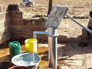 L'installation d'une pompe à eau pour le village.