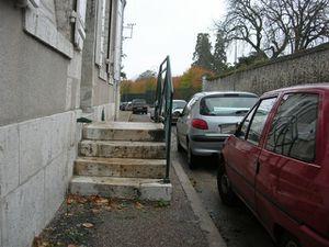 Blois - rue du Haut Bourg - En supprimant 2 places de stationnement il est possible de rétablir le chemin pour les piétons.