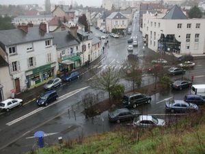 Blois - le parking gratuit du pont des Granges date de 1998  (la photo a été prise avant les travaux de 2013) Aujourd'hui des usagers s'en servent, en sens interdit, pour éviter le giratoire !