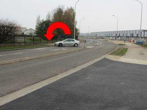 Pour sortir sur le boulevard de l'industrie des automobilistes manoeuvrent face au flot des véhicules arrivant après le virage. L'entrée-sortie sud devra être revue pour éviter un choc latéral, mortel une fois sur deux.