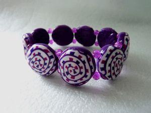 Un ensemble bracelet lentilles sur élastique et une bague ronde