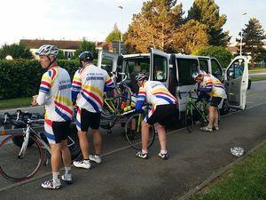 Le déchargement des vélos, les ultimes réglages et nous sommes prêts à partir
