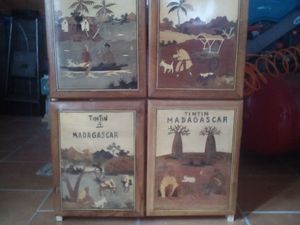 Marqueterie Tintin à Madagascar détournée en porte de petit meuble