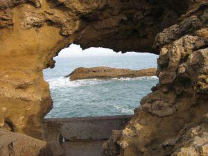 L'océan a creusé de singulières arches sur le chemin du Rocher de la Vierge