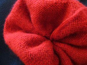 Bizarrerie de la photo le bonnet paraît corail alors qu'il est rouge bordeaux. Magie de la photo !!!