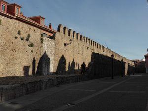 nous passons  les remparts de l'ancienne ville romaine (remaniés au Moyen-Age)...