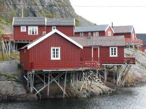 """..&#x3B;avec ces maisonnettes que l'on voit partout...les """"rorbuer"""" créées à l'origine (XII) pour loger les pêcheurs durant la saison de pêche (janvier à mars) et reconverties en logements pour les touristes..."""