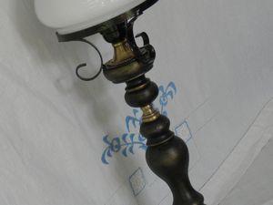Lampe à poser noire patinée dorée et son chapeau en opaline blanche