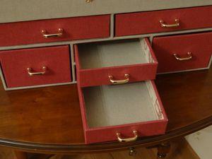 Dans les 2  petits tiroirs centraux, j'ai rangé dans la partie supérieure, aiguilles, épingles, mêtre..., dans la partie inférieure les agrafes, pressions et autres petites fournitures